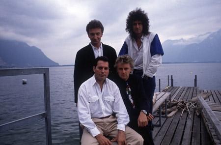 John Deacon, Brian May, Freddie Mercury e Roger Taylor em frente ao Montreux Casino